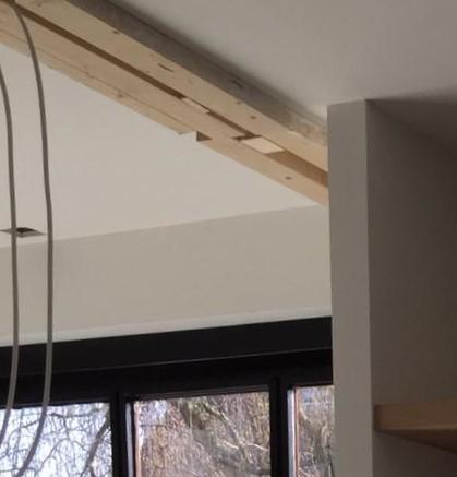 ellen-herber-interieurvormgeving-verbouwing-constructie-namaak-balk-met -verlichting